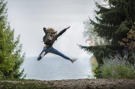 cuerpo-aventura-niña-saltando-mochila