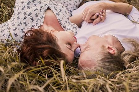 body-girls-in-grass-love