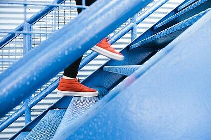 body-steps-shoes-sneakeres-step