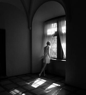body-woman-window-black-white