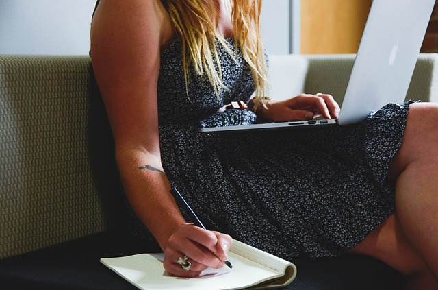 body_entrepreneur_computer_thinking
