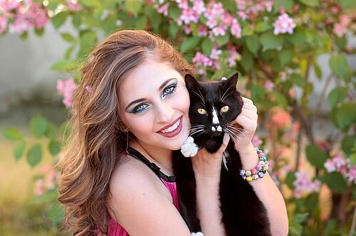 body_girl_hugging_cat
