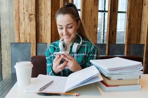 body_girl_studying_books_phone