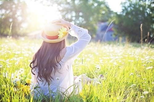 body_spring_woman_sitting_field