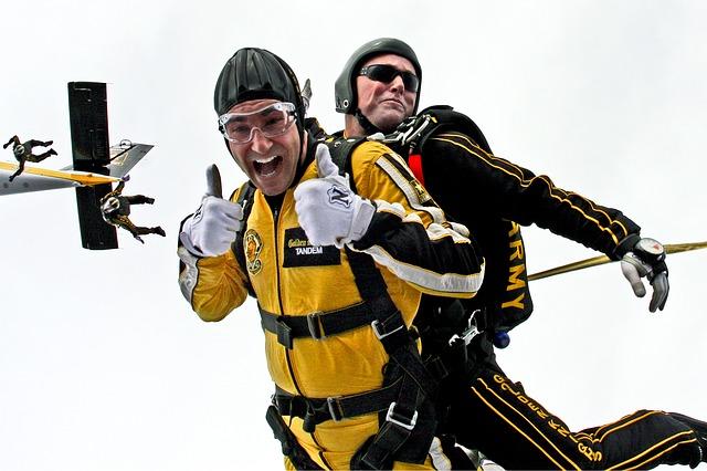 tandem-skydivers-603631_640.jpg